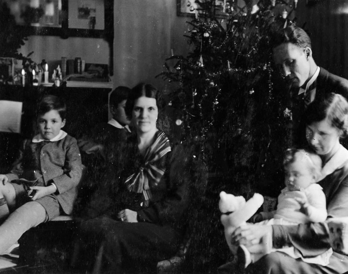 David, Stephen, Carolyn, Henry, Grace (nurse), and Cynthia Booth Celebrating Christmas in San Remo at the Villa Eveline, December 1933. Cranbrook Archives, Cranbrook Center for Collections and Research.